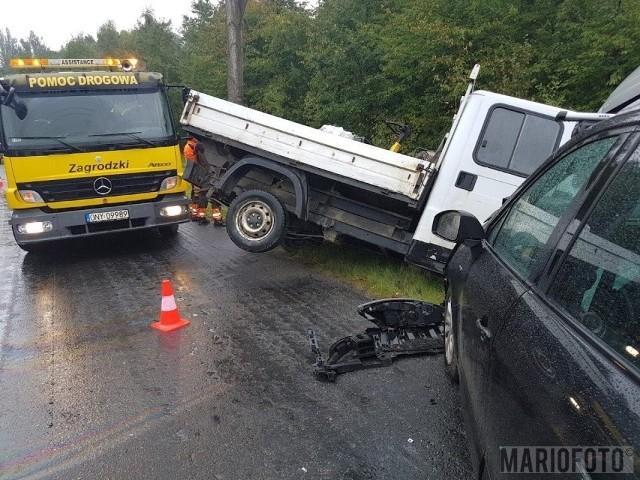 Bus i dwie osobówki zderzyły się pod Polskim Świętowem. Ranne zostało dziecko, będące pasażerem renaulta.