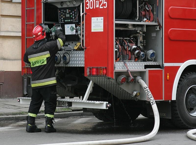 Pożar w Gliśnie udało się opanować. Ogień wybuchł na poddaszu budynku, w którym zamieszkują trzy rodziny. Na szczęście nikt nie ucierpiał.