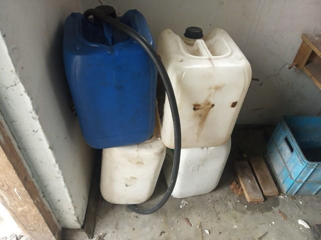 Policjanci zabezpieczyli kanistry na paliwo