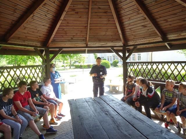 Mł. asp. Zofia Wrzeszcz i asp. Szymon Kujawa odwiedzili dzieci w Szkole Podstawowej w Witosławiu