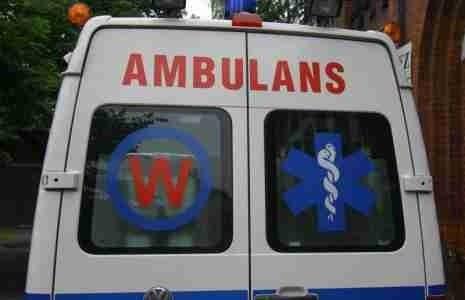 Motorowerzysta z ciężkimi urazami głowy został odwieziony do szpitala.