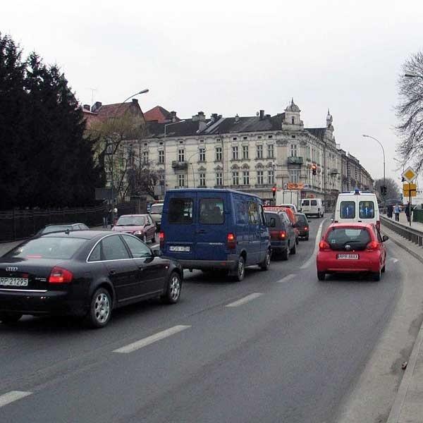 Most Orląt to najbardziej uczęszczany odcinek ulic w Przemyślu. Korki w mieście to nie tylko efekt dużego tranzytu do przejścia granicznego. Także sami przemyślanie mają coraz więcej samochodów. Każdego roku przybywa ich kilkaset sztuk.
