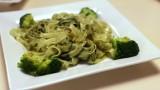 Lekki i zdrowy obiad. Przepis na makaron z brokułem i domowym pesto