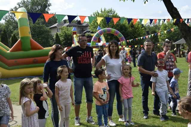 Zabawa na pikniku Rodzinnym w Przedszkolu nr 1 w Skierniewicach rozpoczęła się w piątek, 25 maja, po południu. Organizatorzy imprezy przygotowali wiele atrakcji nie tylko dla dzieci, ale i ich rodziców i opiekunów. Zresztą zobaczcie sami.