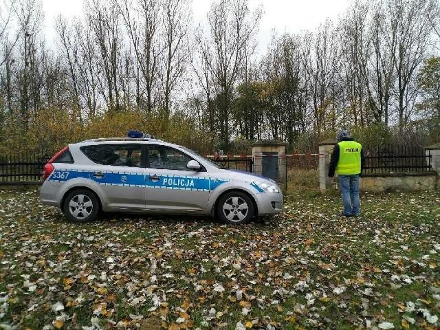 W środowe południe wejście na cmentarz żydowski w Ożarowie było odgrodzone taśmą.
