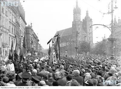 Fragment procesji na Rynku Głównym. W głębi widoczny kościół Mariacki.Ponad 180 tysięcy fotografii z Narodowego Archiwum Cyfrowego www.nac.gov.pl