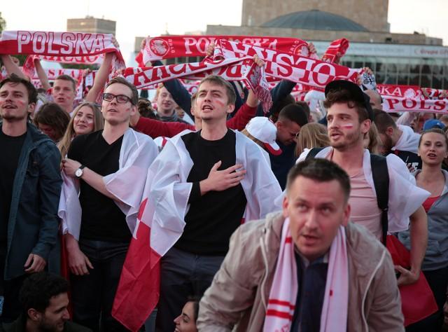 Mecz Polska - Senegal rozpoczyna się o godz. 17. Przygotowaliśmy kilka propozycji klubów, gdzie oprócz Strefy Kibica na Międzynarodowych Targach Poznańskich, możesz obejrzeć pierwsze starcie PolakówZobacz, gdzie w Poznaniu obejrzysz mecz -------->
