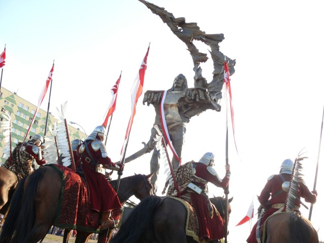 Odsłonięcie rzeźby Patrioty, ustawionego z inicjatywy prezydenta Szlęzaka.