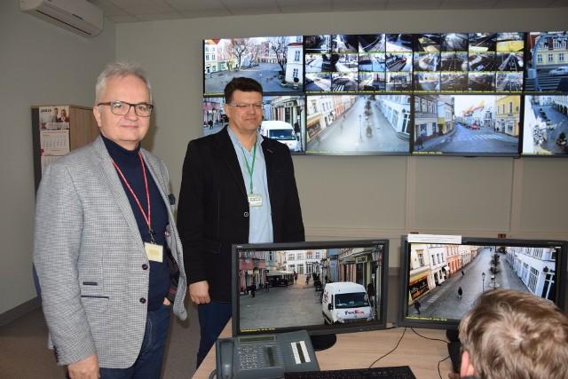 Waldemar Michałowski, dyrektor bezpieczeństwa i zarządzania kryzysowego oraz Krzysztof Rutkowski, kierownik biura ochrony wizyjnej, są odpowiedzialni za miejski monitoring