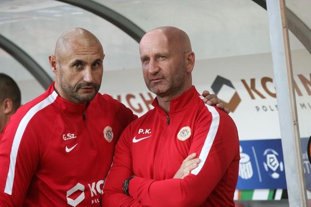 Trener Paweł Karmelita (z prawej) wciąż jest trenerem tymczasowym Zagłębia Lubin