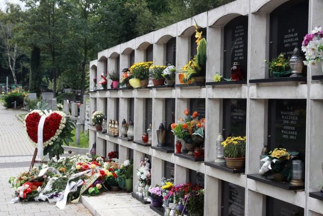 Pochówek urnowy kosztuje w zakładzie pogrzebowym 1,8-1,9 tys. zł. Najtańszy tradycyjny 1,3 tys zł, ale tu zwykle trzeba doliczyć koszt kwatery i pomnika - kilka tysięcy złotych
