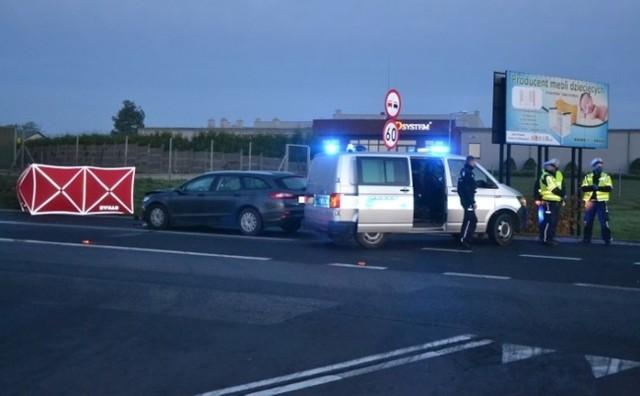 Ze wstępnych ustaleń policji kierujący pojazdem marki Ford Mondeo, 53-letni mieszkaniec Mogilna jadąc od strony Mogilna w kierunku Gniezna potrącił 62-letniego trzemesznianina