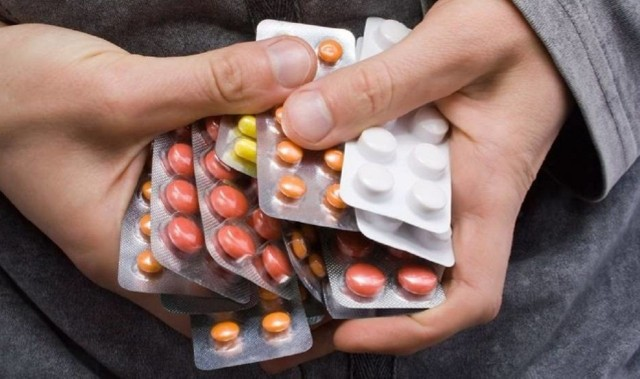 Zobacz skutki uboczne popularnych leków - kliknij tutaj lub przesuń zdjęcie --->Wiele osób obawia się szczepionki na koronawirusa, słysząc o możliwych skutkach ubocznych. Tymczasem nawet popularne leki dostępne bez recepty, które wiele osób zażywa regularnie, mogą powodować wiele znacznie gorszych działań niepożądanych takich jak krwiste wymioty, toksyczne martwicze oddzielanie się naskórka, omdlenia, zaburzenia rytmu serca, itp. Zobacz także: Te leki warto mieć w apteczce na wypadek COVID