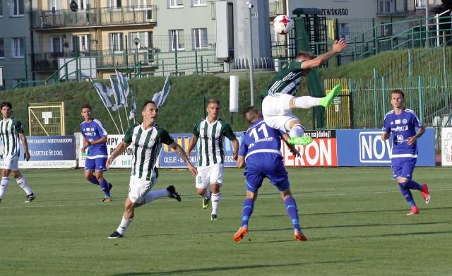 Piłkarze Olimpii (biało-zielone stroje) przeciwko Chrobremu chcą zagrać tak dobry mecz jak z Wigrami przed dwoma tygodniami