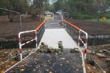 Remont w parku Wodziczki: Przy moście postawili kolorowe barierki. Nie wszystkim się podobają