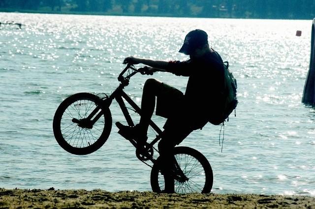 Na szczęście, jak zapewnia władza, plażowicze nie muszą się obawiać, iż po plaży będą sobie używać miłośnicy deskorolek czy akrobacji na rowerach