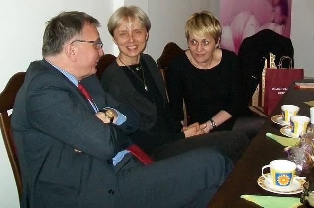 Wiosenne spotkanie z muzą, na zdjęciu od lewej: burmistrz Jarosław Kielar, Anna Skibska i prowadząca spotkanie Monika Kluf.