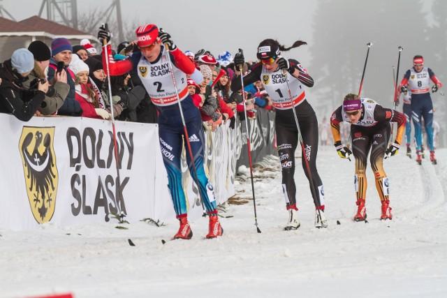 Uczestnicy igrzysk zakończą zmagania wisienką na torcie. Wezmą udział w Biegu Piastów, czyniąc tę imprezę jeszcze bardziej kolorową. Na zdjęciu z numerem 1 Justyna Kowalczyk na Polanie Jakuszyckiej.