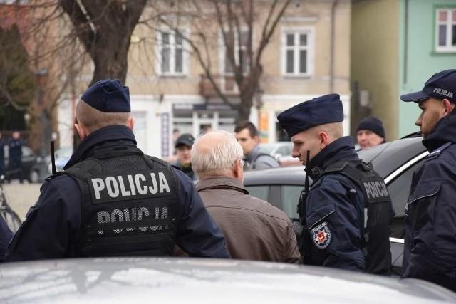 """65-letni mieszkaniec Łowicza został zatrzymany podczas spotkania z prezydentem Andrzejem Dudą. Za trzymanie transparentu z hasłem """"Mamy durnia za prezydenta"""" grożą mu teraz trzy lata więzienia.CZYTAJ DALEJ NA NASTĘPNYM SLAJDZIE"""