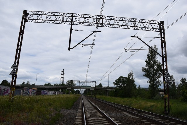 Pociągi na trasie Wrocław - Zielona Góra - szczecin przejeżdżaj przez centrum Nowej Soli. Sygnały dźwiękowe słyszalne są zwłaszcza w blokach na osiedlu Fredry.