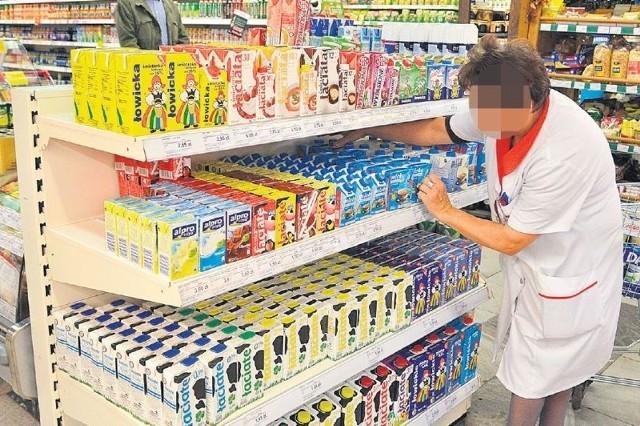 Sprzedawca nie tylko pracuje w kasie, ale również rozkłada towar, metkuje produkty, sprząta.