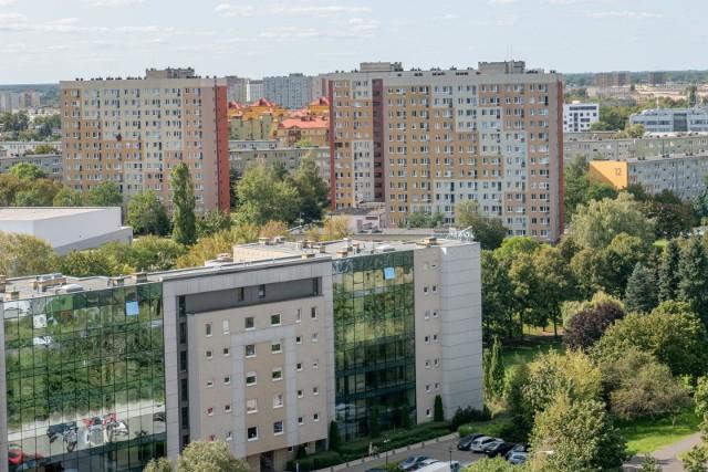 Niecałe 540 tysięcy - tyle osób mieszka w Poznaniu według danych z ostatniego wydania Rocznika Statystycznego. Sporą przewagę w stolicy Wielkopolski mają kobiety. Sprawdź liczbę mieszkańców w poszczególnych dzielnicach Poznania z podziałem na płeć.Przejdź do zestawienia --->