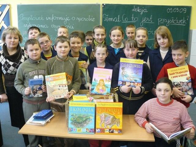 - Sami przygotowujemy książkowe kiermasze - mówią czwartoklasiści i ich wychowawczyni Czesława Fijak
