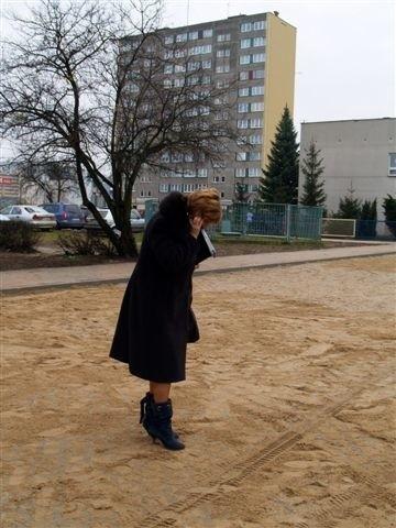 Na płytach ażurowych powinny uważać panie w szpileczkach - Elżbieta Godlewska, dyrektor wydziału gospodarki komunalnej w ostrołęckim UM - sprawdza podłoże osobiście