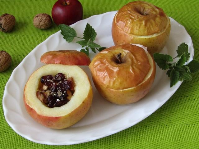 Pieczone jabłka z żurawiną, orzechami i miodem. Zobaczcie przepis!