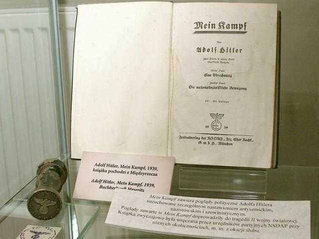 """Książka """"Mein Kampf"""" (Moja walka) Adolfa Hitlera jest """"biblią"""" nazistów. Czytelników zbulwersowało umieszczenie jej na wystawie w muzeum w Międzyrzeczu."""