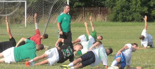 Trener Jacek Magnuszewski równo rok temu rozpoczynał pracę w Radomiaku Radom. Obejmował zespół w rozsypce, a mimo to zbudował ciekawy team w fenomenalnym stylu  wywalczył z nim awans do drugiej ligi
