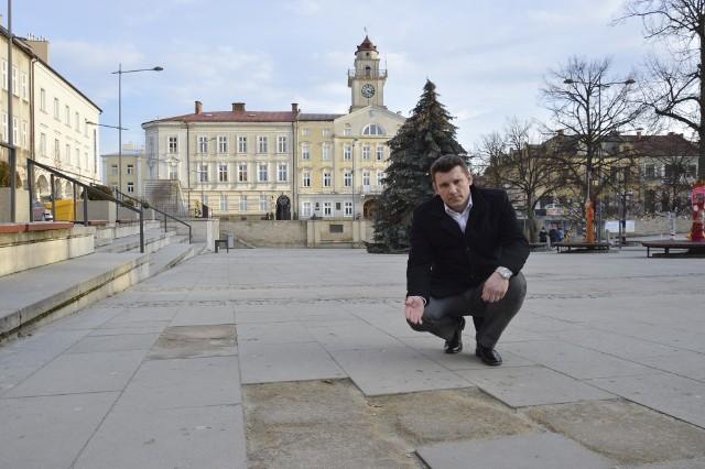 - Położone na Rynku płyty z piaskowca mają bardzo niską mrozoodporność, dlatego się kruszą - mówi burmistrz Rafał Kukla