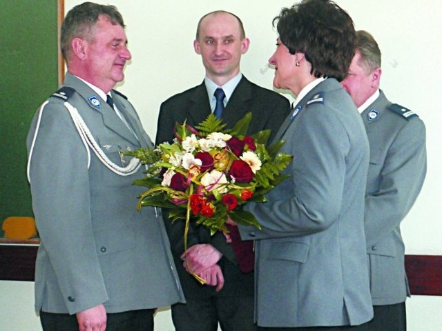 Nowego komendanta podinsp. Janusza Mikitina przywitała mł. insp. Aniela Monach.