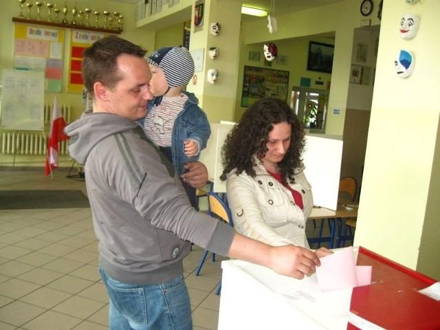 - Mamy nadzieje, że po wyborach dużo się zmieni na lepsze w naszym mieście - mówią Kamila i Arkadiusz Duziak z synkiem Jakubem. - Dlatego głosowaliśmy na naszego kandydata.