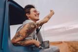 Najmodniejsze tatuaże 2020: tęcza, pinky swear. Młodzi stawiają na zaangażowanie. Jakie jeszcze wzory królują?