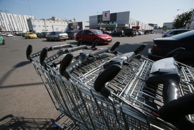 """Sklepy otwarte w niedziele. Lista sklepów otwartych w niedziele pomimo zakazu handlu stale się wydłuża. Sieci wykorzystują lukę w przepisach i stają się placówkami pocztowymi.""""Spożywczych placówek pocztowych"""" jest już w Polsce prawdopodobnie kilkanaście tysięcy.Które sklepy w Polsce są otwarte w niedziele objęte zakazem handlu? Zobacz na kolejnych slajdach >>>>>"""