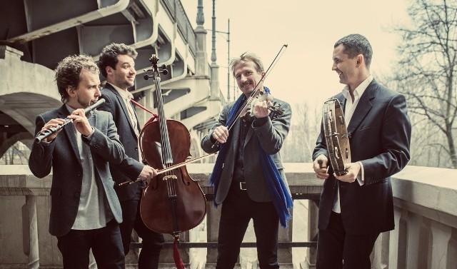 Janusz Prusinowski Kompania to zespół, który kultywuje tradycję wiejskich muzykantów, jednocześnie szukając w jej obrębie własnych środków wyrazu. Formacja wystąpi 28 maja.