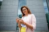 Z smartfonem w dłoni chcą zakładać biznes – portret pokolenia yuccie