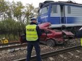 Łódzkie. Tragiczny wypadek na przejeździe na granicy powiatów piotrkowskiego i tomaszowskiego. Nie żyją dwie osoby. Ruch kolejowy zatrzymany