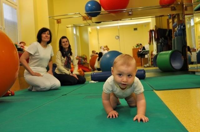 pacjentka kliniki rehabilitacji UDSK w Białymstoku, może korzystać z zabiegów. Mama dziewczynki, podobnie, jak rodzice setek innych małych pacjentów, boją się, co będzie od nowego roku.  Zabiegi rehabilitacyjne są kosztowne. Wielu rodziców po prostu na nie nie stać.