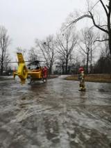 Lądowanie śmigłowca LPR w Świętochłowicach. Mężczyzna przestał oddychać. Na miejsce przyjechali strażacy i zabezpieczyli lądowanie LPR