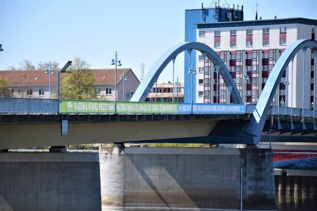 """Na moście dzielącym Frankfurt i Słubice pojawił się baner z napisem w obu językach: ,,Razem łatwiej przetrwać najtrudniejsze chwile. Do zobaczenia wkrótce!"""""""
