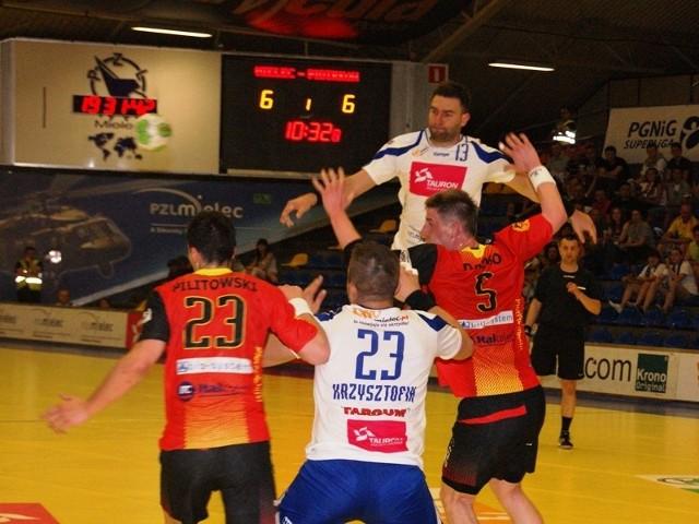 Tauron-Stal Mielec - PiotrkowianinPiłkarze ręczni Stali Mielec (białe koszulki) wygrali z Piotrowianinem Piotrków Trybunalski 33-32.