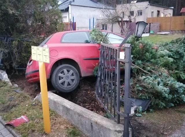Podczas policyjnego pościgu 34-letni kierowca wjechał w ogrodzenie