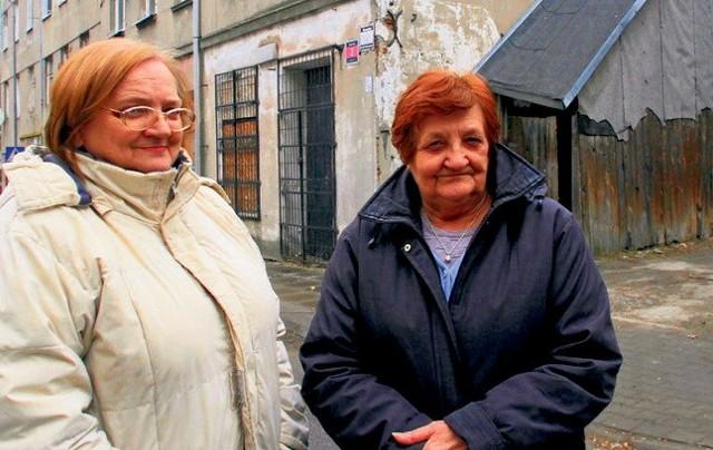 Romualda Prokopczyk i Jadwiga Stencel mieszkają w budynku przy Wawelskiej 3. Za nimi widać klatkę schodową z drewna...