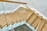 Warto wybrać schody z drewna do tradycyjnych wnętrz, jak i nowoczesnych minimalistycznych aranżacji