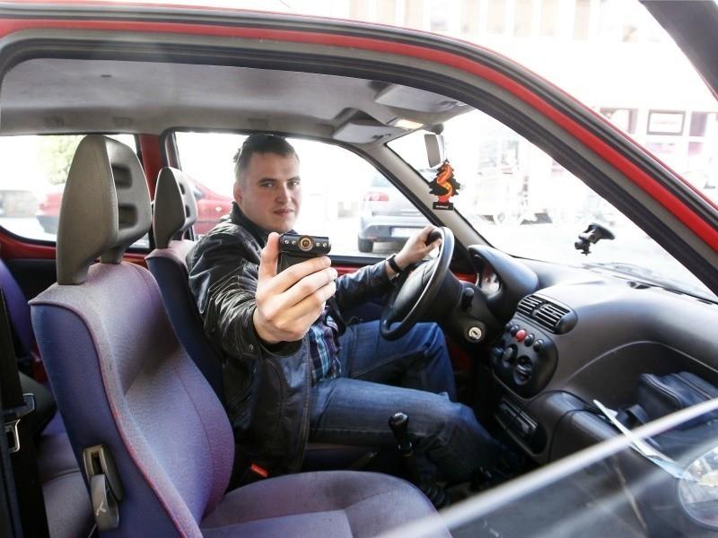 Rafał Baran z Rzeszowa do tej pory filmy publikował w swoim kanale na portalu youtube.com. Teraz będzie je wysyłać także policjantom.