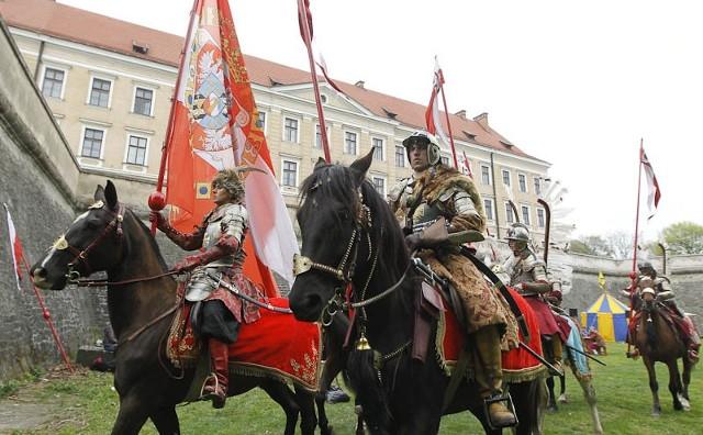 Husaria w RzeszowieNa jeden dzień ul. 3 Maja stała się trasą przemarszu wojsk husarskich, a zamkowe fosy zamieniły się w obóz wojskowy.
