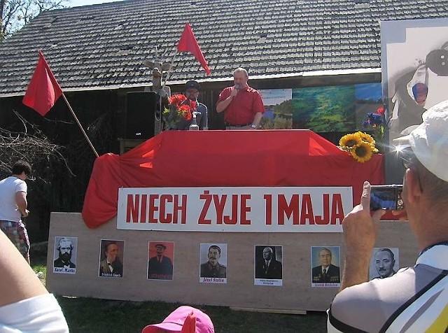 Tłum ludzi z flagami i transparentami, na których widniały hasła propagujące robotniczą brać, przeszedł w pochodzie 1 majowym w Stajni Małe Leźno.