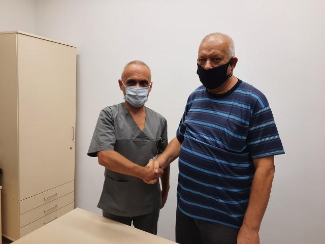 Dr hab. Jerzy Głowiński (kierownik Kliniki Chirurgii Naczyń i Transplantacji USK) oraz pacjent Janusz Radel (po prawej).